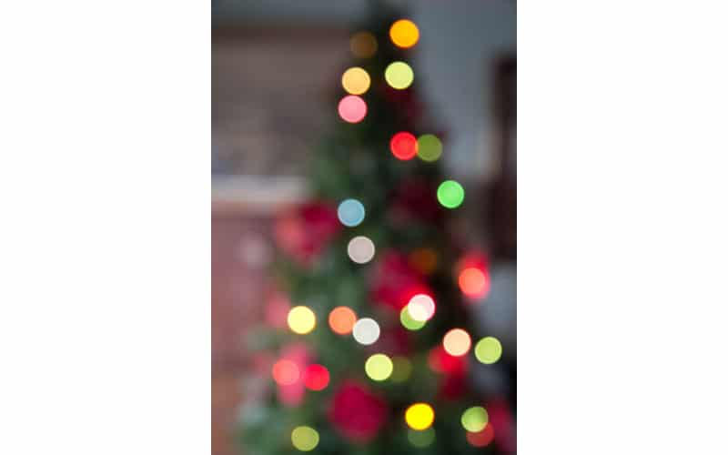 arbol de navidad con luces encendidas. Efecto bokeh.
