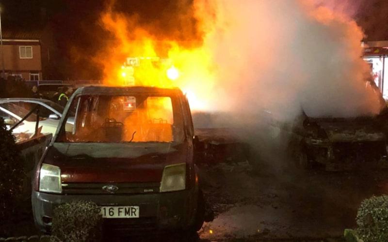 Vehículos ardiendo en Covibar