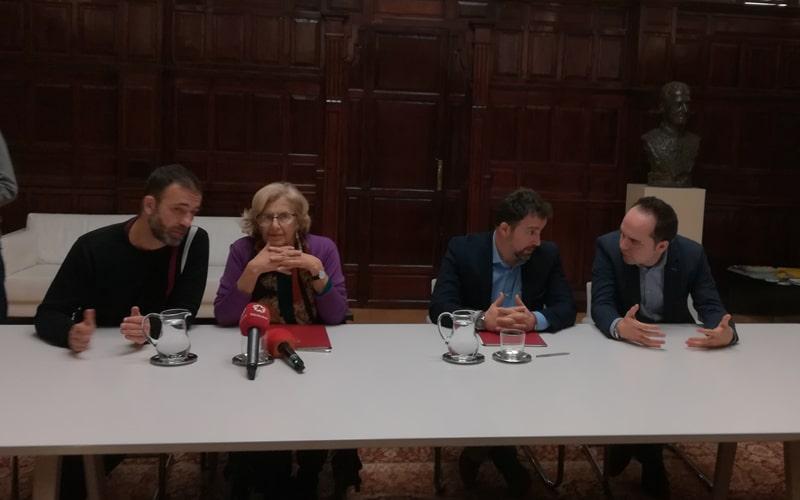 Manuela Carmena y Pedro del Cura, junto a Ignacio Murgui y José Manuel Calvo, durante la firma del convenio de cara al cambio de lindes