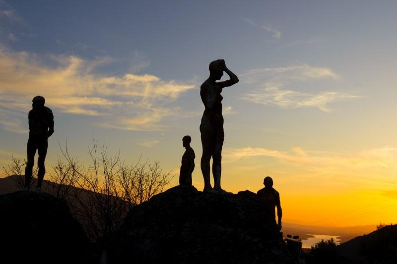 Las estatuas que aparecen en El Silencio de Otros, en la cima del Valle del Jerte, por el escultor Francisco Cedenilla. Foto de Almudena Carracedo