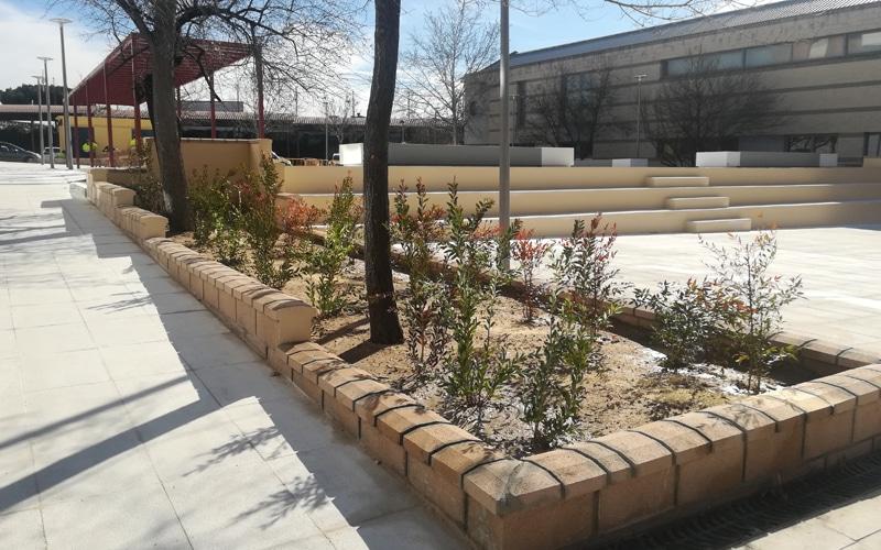 Jardineras y graderío en la nueva 'plaza' junto al Ayuntamiento de Rivas