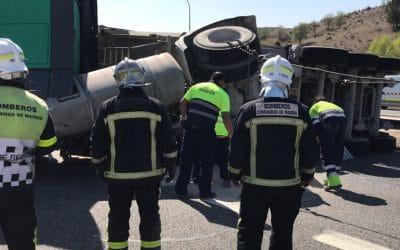 Un accidente entre dos camiones y un turismo en Arganda corta la A-3 durante una hora