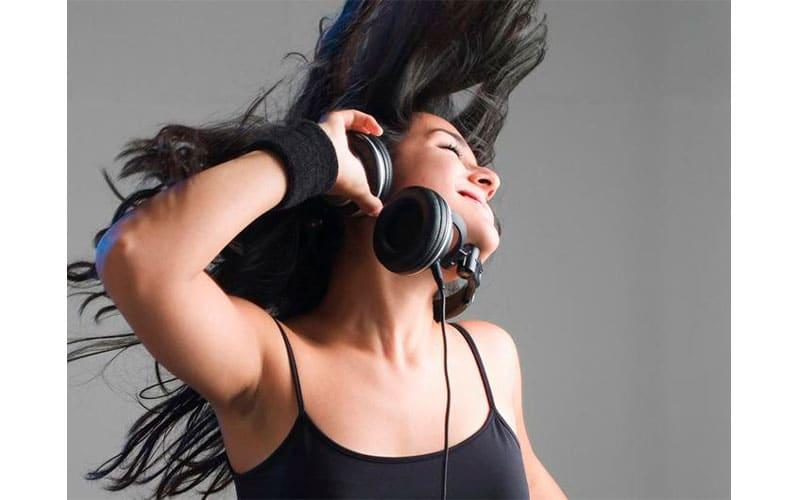 Sesión DJ auriculares chica escuchando música