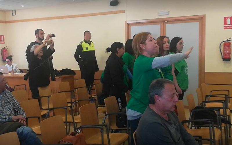 La PAH y agentes de la policía local de Rivas protagonizan una sonada protesta en el Pleno