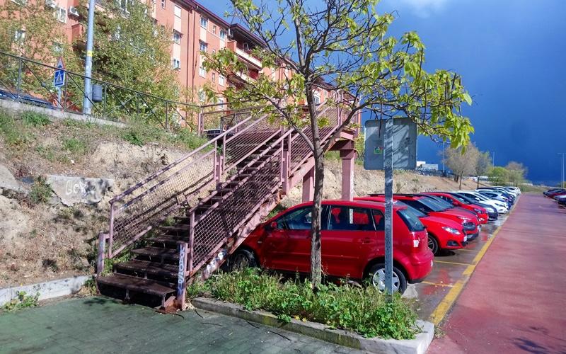 Rivas exige arreglar la escalera metálica del Metro de Rivas Urbanizaciones e instalar una rampa para prevenir accidentes