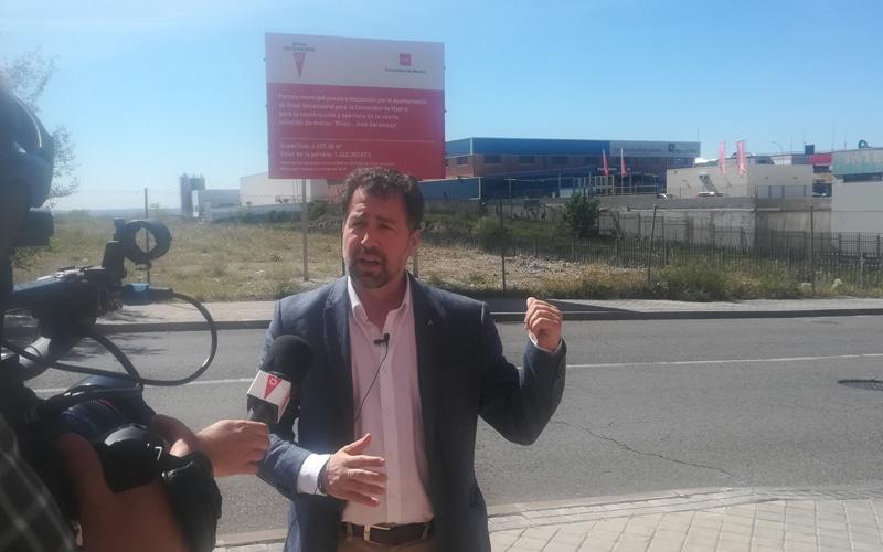 Pedro del Cura, frente a la parcela cedida a la Comunidad de Madrid para la estación de Metro Rivas - José Saramago