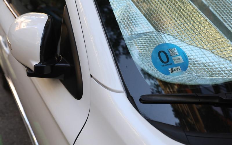Consigue la etiqueta ambiental de la DGT para tu vehículo sin colas ni esperas