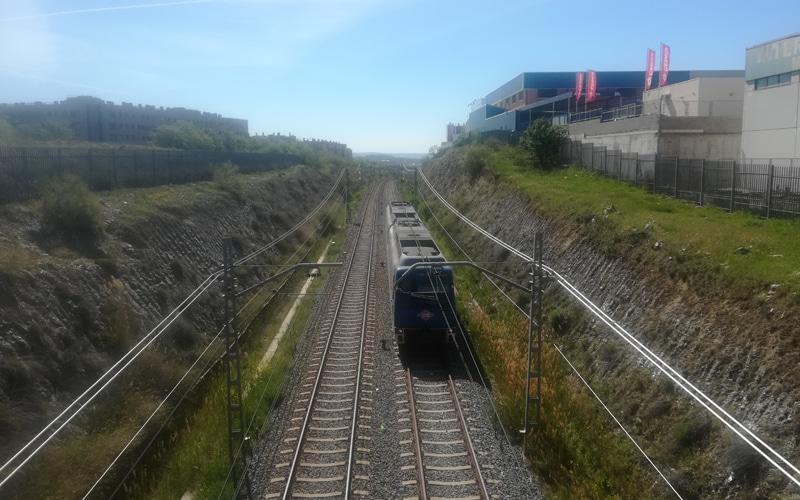 Un convoy de Metro pasa al descubierto por el tramo situado junto a la parcela destinada a la cuarta estación de Metro de Rivas