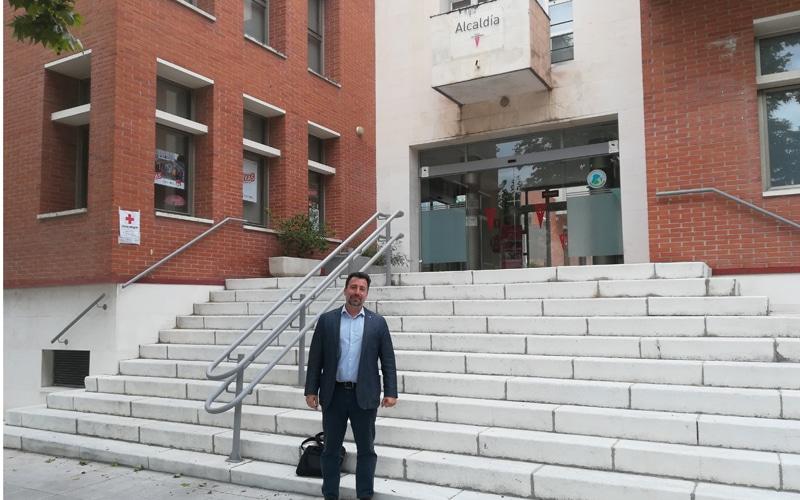 Pedro del Cura, frente al edificio de Alcaldía