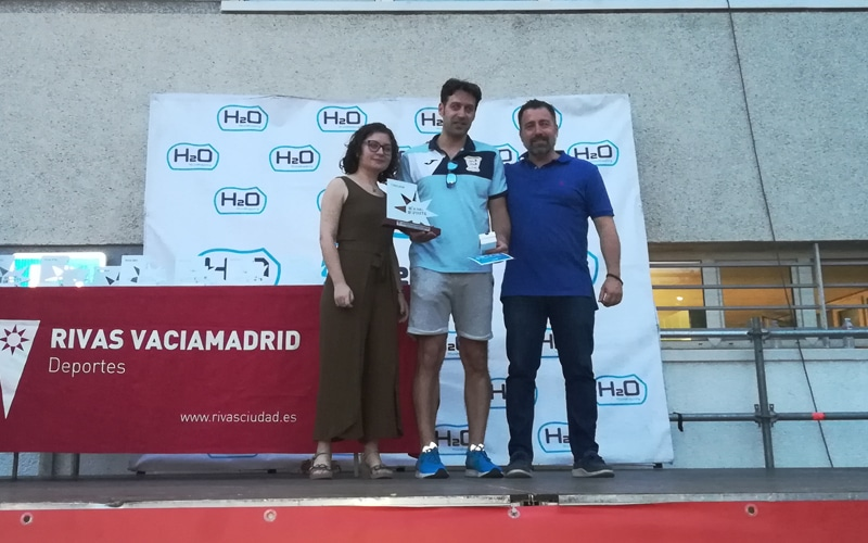 El director técnico del club de hockey patines de Rivas recoge el premio para Ana Horche, deportista promesa femenina