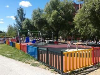 Área con juegos inclusivos en el Parque Lineal de Rivas columpios
