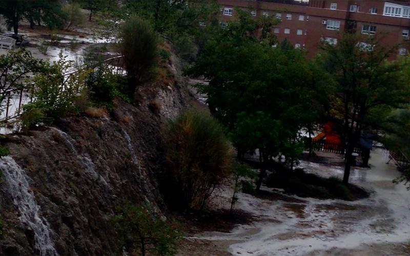 Balsas de agua y 'cataratas' en Rivas por las fuertes lluvias