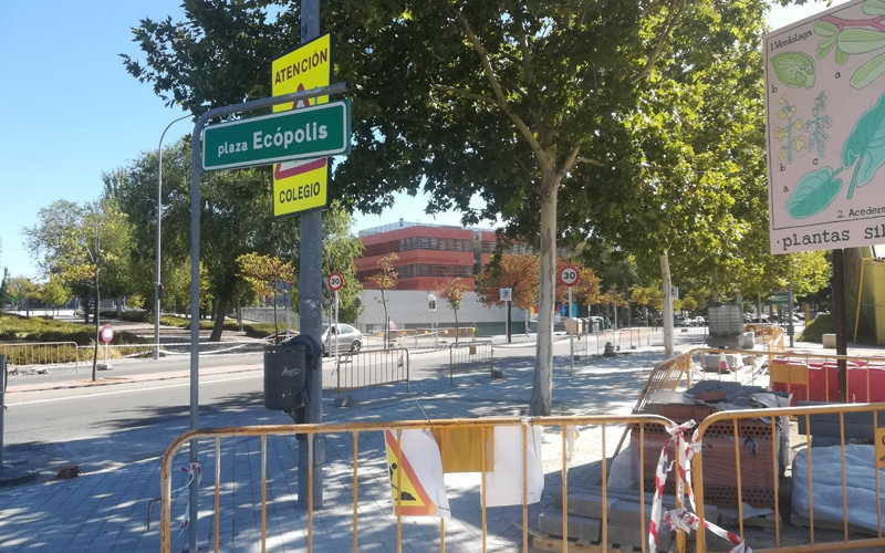 Obras para ensanchar las aceras junto a la escuela y centro infantil Rayuela