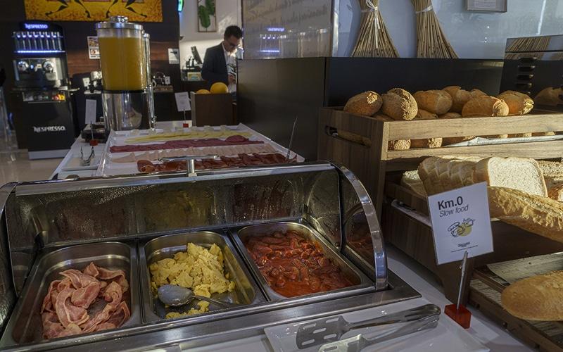 huevos salchichas bacon desayuno buffet hotel ab rivas