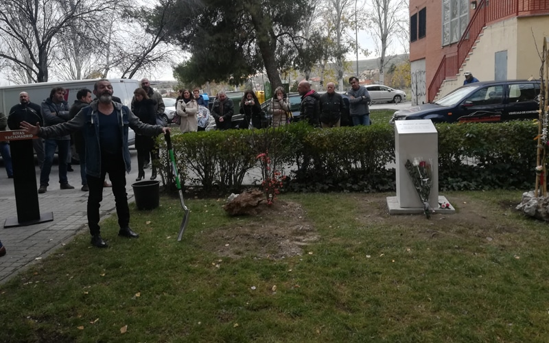 Momento en que el manzano en memoria de Víctor y 'Rober' fue plantado, el 3 de diciembre de 2019