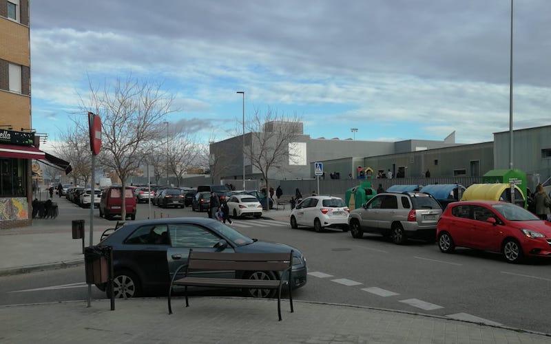 Recogen firmas en la calle Trece Rosas para pedir que se controle el tráfico en el entorno del colegio Santa Mónica