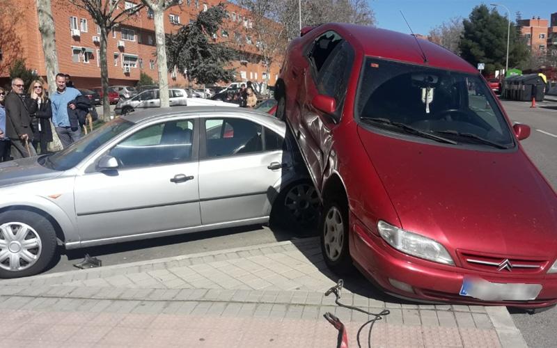 Un coche se 'monta' sobre otro tras un accidente de tráfico en Covibar