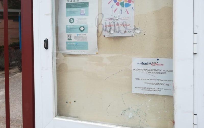 El tablón de anuncios del AMPA del colegio Mario Benedetti, roto por actos vandálicos este fin de semana