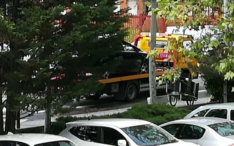 La grúa retira el coche volcado en Covibar