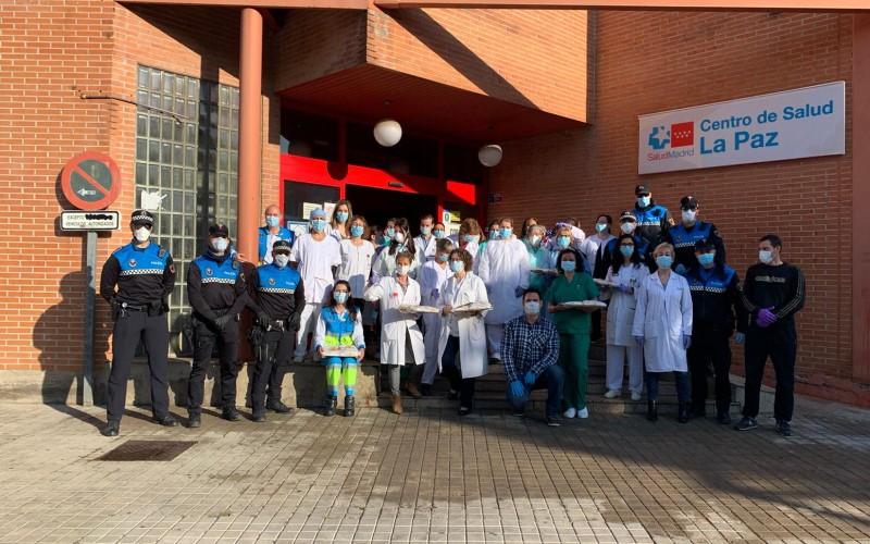 Miembros de la Policía Local sorprenden con un desayuno al personal de los centros de salud de Rivas