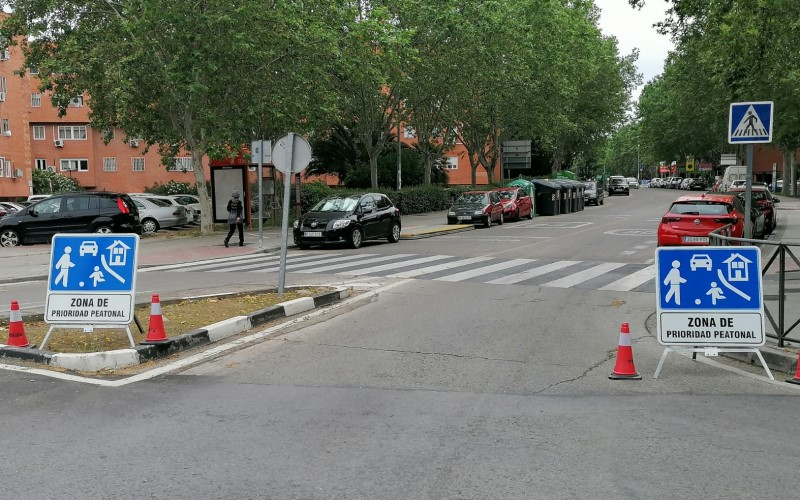 Zona de prioridad peatonal en el barrio de Covibar