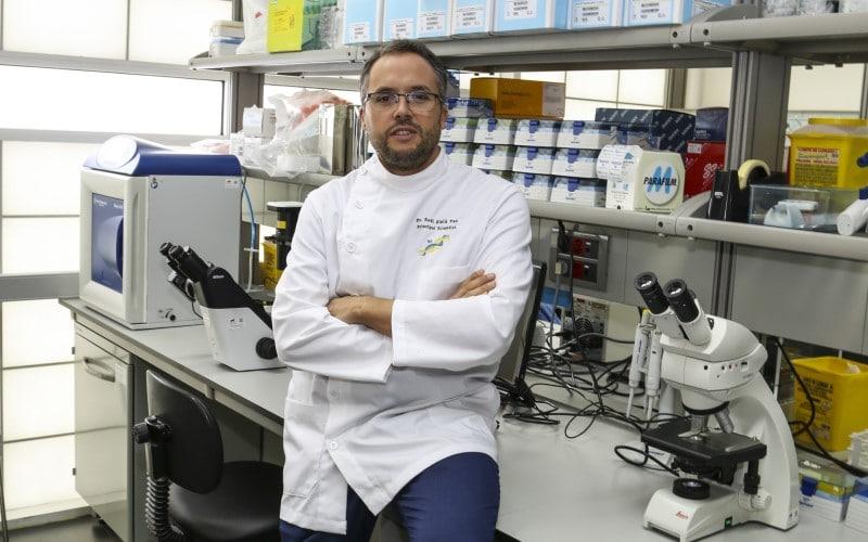 Raúl Alelú, en el laboratorio Elena Pessino Gómez del Campo, de la Fundación Canis Majoris