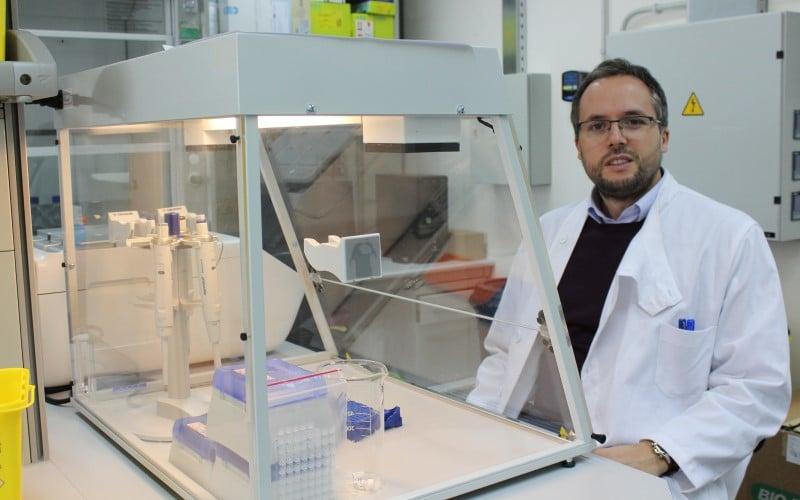 Raúl Alelú, en el laboratorio