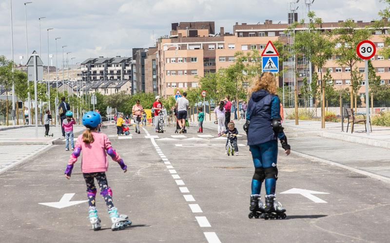 Vecinos de Rivas Vaciamadrid patinan en una de las calles peatonalizadas