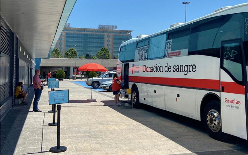Autobús de donación de sangre de Cruz Roja junto al centro comercial H2O