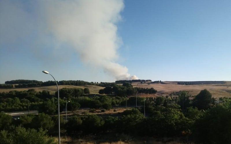 Un incendio en Valdemingómez provoca una humareda visible desde varios kilómetros a la redonda