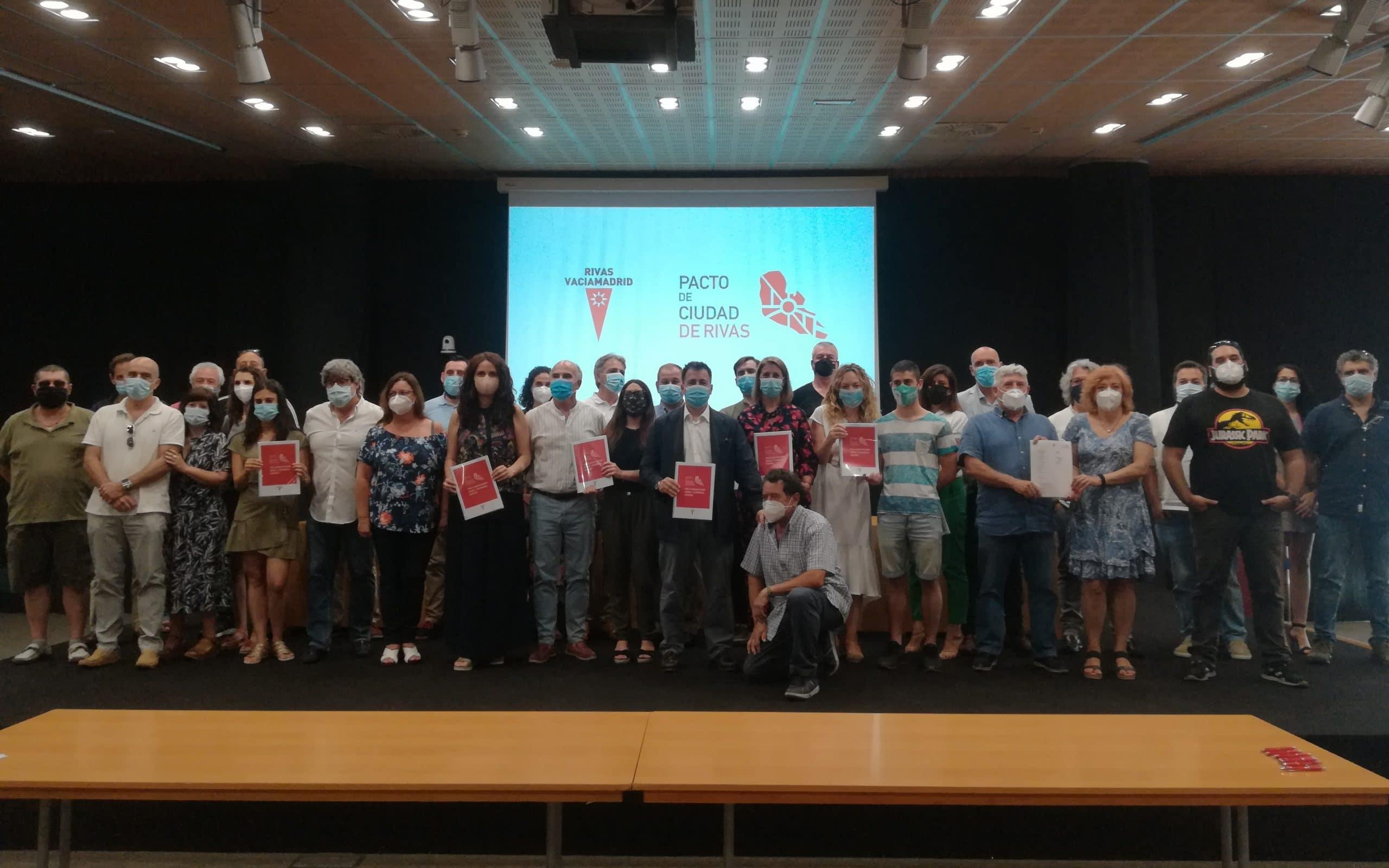 Foto de familia de la firma del Pacto de Ciudad, con todas las personas que participaron en los foros