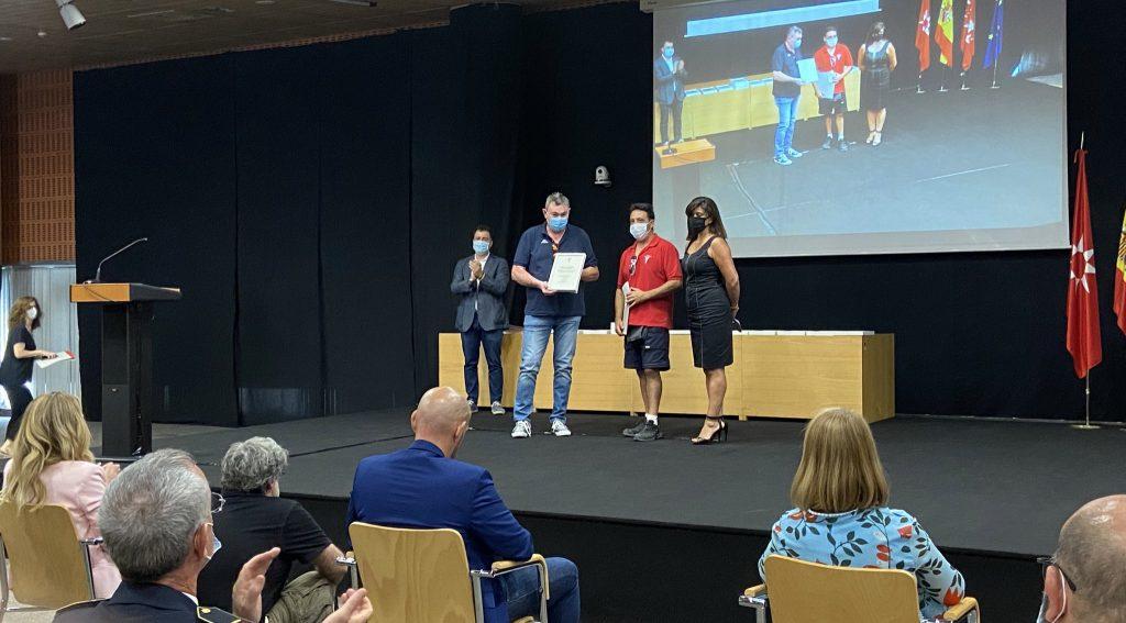 La portavoz de Vox en Rivas, María Ángeles Guardiola, entrega el diploma de reconocimiento a conserjes