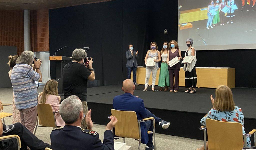 La portavoz de Iu-Equo-Más Madrid y concejala de Cultura y Fiestas, Aída Castilejo, entrega el premio a los servicios educativos (foto @rivasaldia)