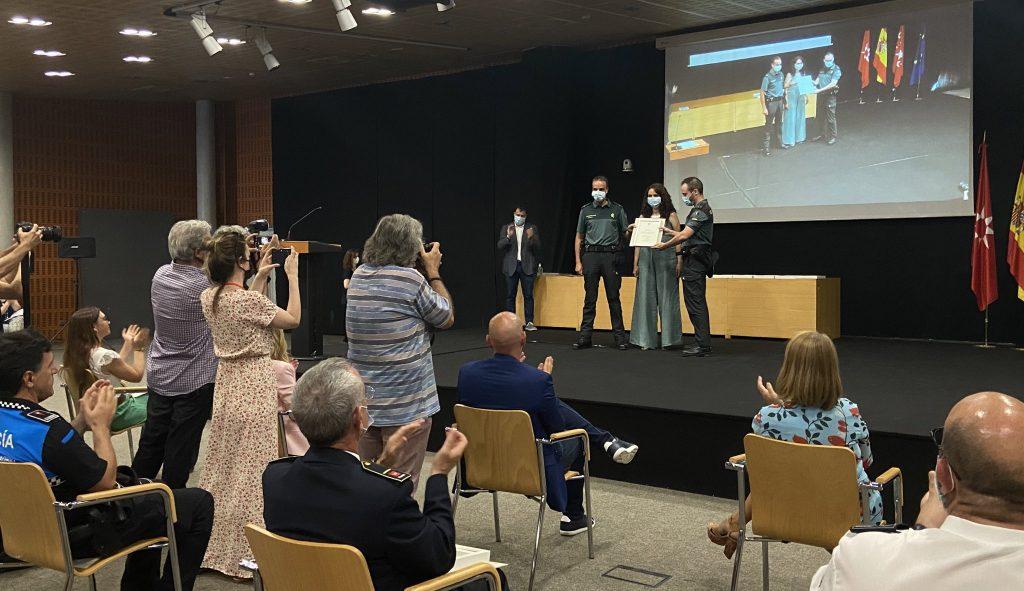 La vicealcaldesa y portavoz del PSOE, Mónica Carazo, entrega el reconocimiento a la Guardia Civil