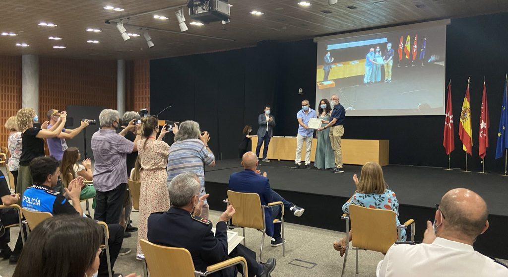 Mónica Carazo, vicealcaldesa y portavoz del PSOE de Rivas, entrega el reconocimiento al Hospital del Sureste