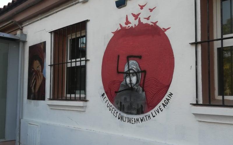 Pintadas nazis sobre el mural de apoyo al Open Arms en la Casa de Asociaciones del Casco de Rivas