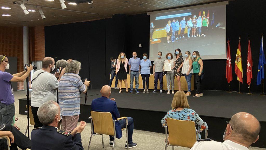 La concejala de Transición Ecológica y portavoz de Podemos, Vanessa Millán, entrega el reconocimiento a trabajadores de Rivamadrid