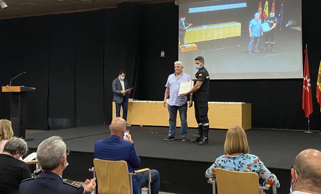 El concejal no adscrito, Antonio Sanz, entrega el diploma de reconociminento a la UME