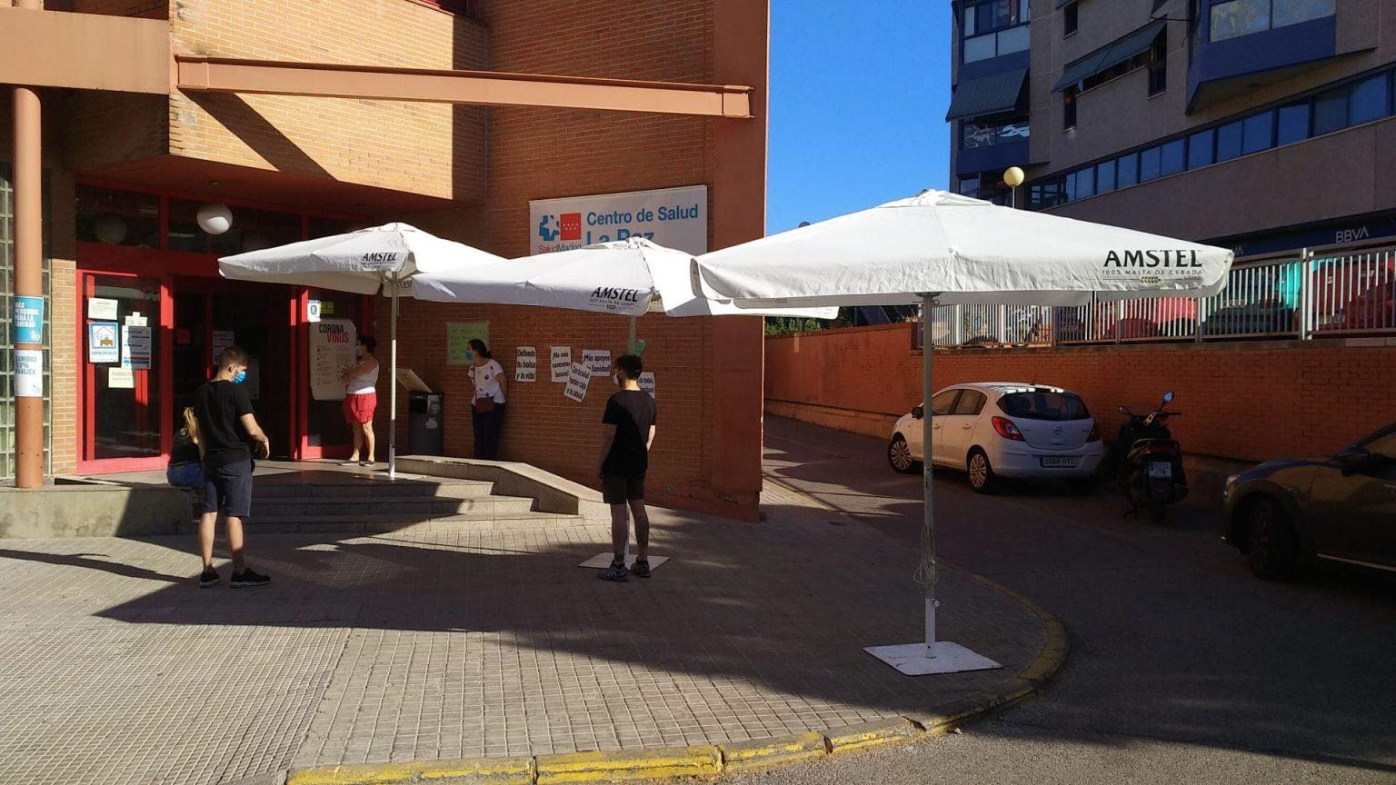 Sombrillas frente al Centro de Salud La Paz, de Covibar, en Rivas