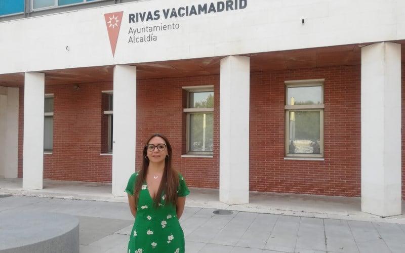 Aída Castillejo, frente al Ayuntamiento de Rivas Vaciamadrid