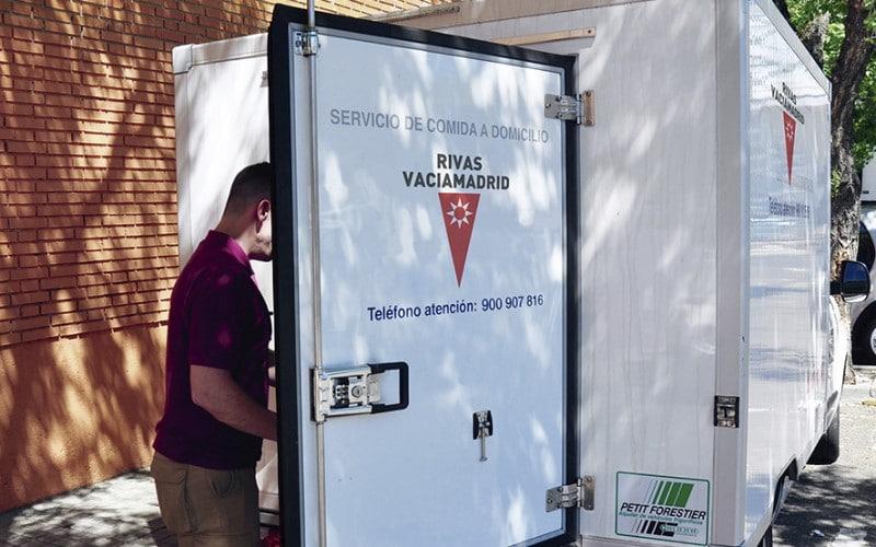 La pandemia obliga a multiplicar el servicio de comida a domicilio en Rivas, que pasa de 50 a 220 personas beneficiarias