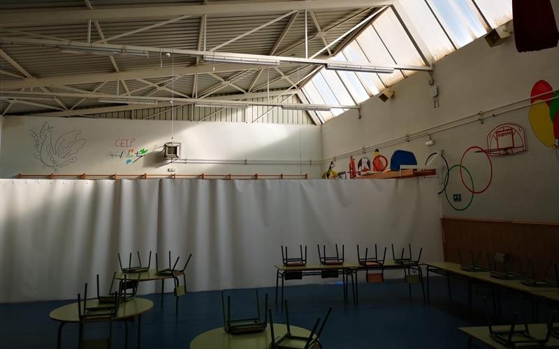 Aulas en el gimnasio separadas por cortinas: así ha empezado el curso en el colegio Rafael Alberti de Rivas