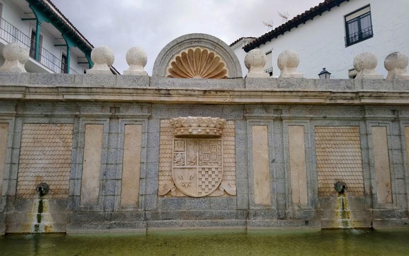 Fuente Plaza Mayor Chinchón escudo condes condado