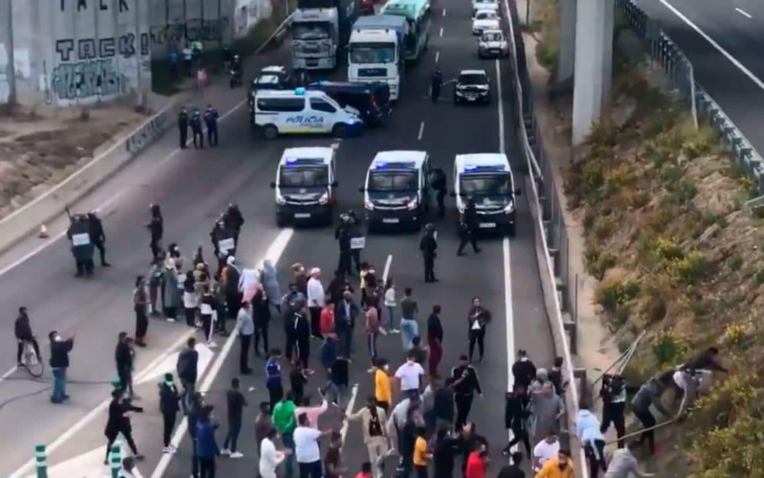 Disturbios en el entorno de la Cañada: unas 300 personas cortan la A-3 y lanzan piedras contra la policía