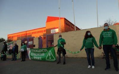 Unas 200 personas 'rodean' el IES Julio Pérez de Rivas contra los barracones y la masificación