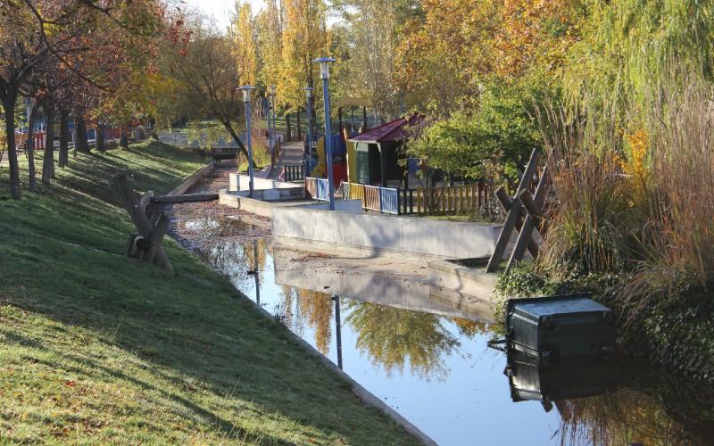 El Ayuntamiento de Rivas vallará el estanque vacío del Parque Lineal hasta que se rehabilite la instalación