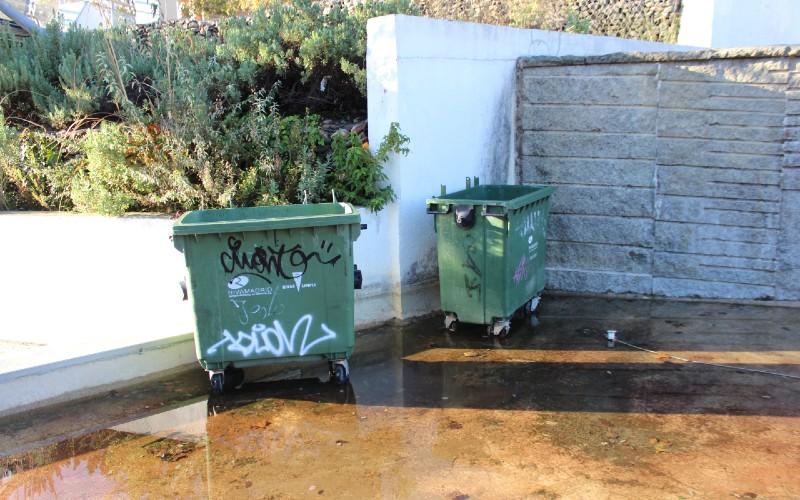 Contenedores de basura dentro del estanque del Parque Lineal