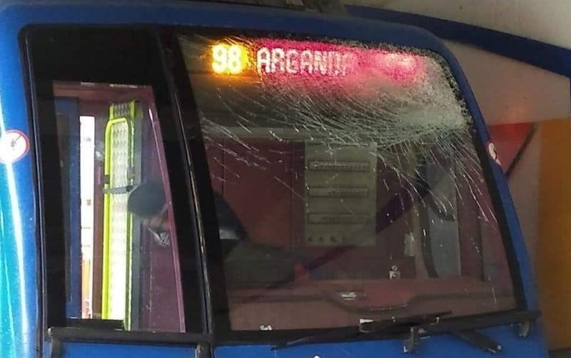 Estado del convoy de Metro al que lanzaron piedras desde un puente
