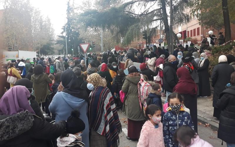 Decenas de familias han protestado este viernes en Covibar por la falta de luz en la Cañada Real