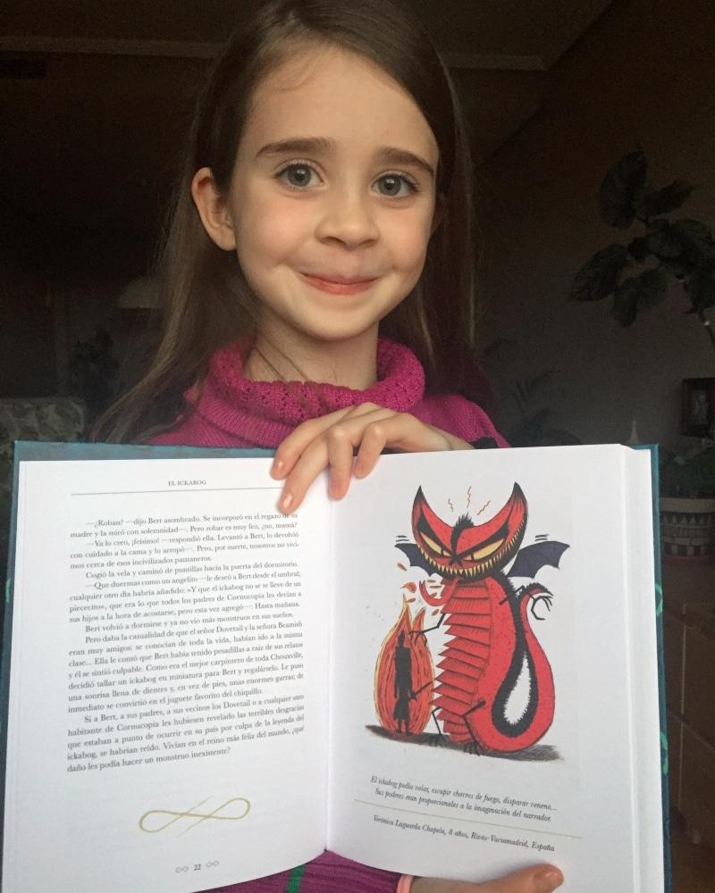 Verónica Laguarda con su ilustración publicada en 'El Ickabog'.